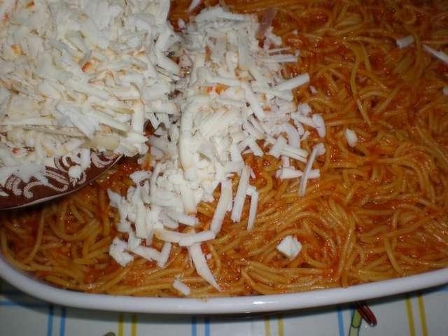 Espaguetis tapados con queso